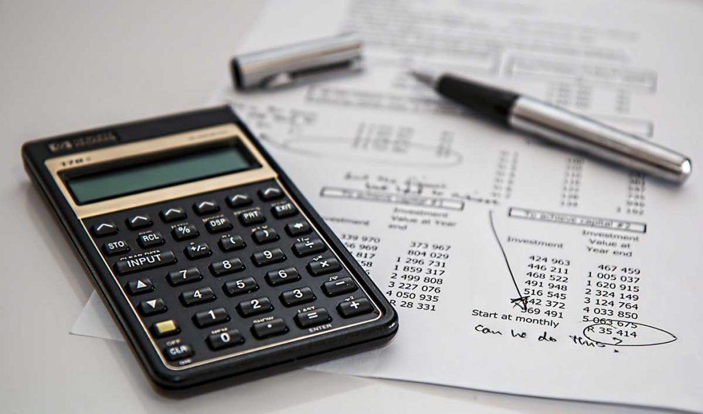 Rekenmachine en papier met cijfers