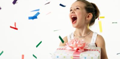 Kind blij met cadeau